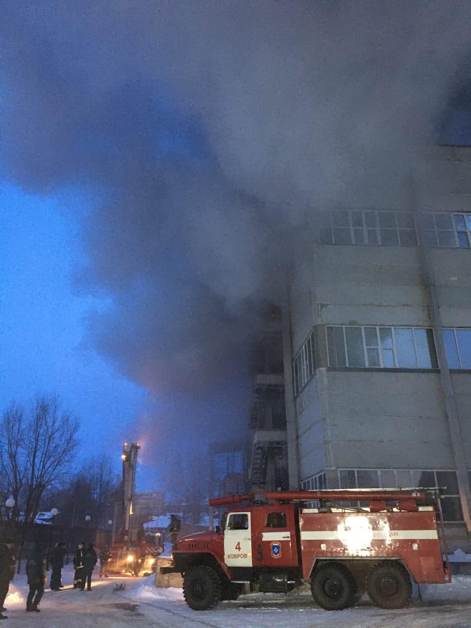 Сотрудники МЧС России ликвидировали открытое горение на пожаре в производственном здании в городе Коврове