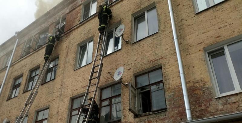 Сотрудники МЧС России ликвидируют крупный пожар в Коврове